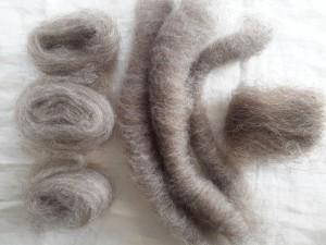 Links: Unterwoll-Kammzüge. Mitte: kardierte Kämmreste. Rechts: kardierte Haare